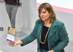 Corinne Maire présente une carte du Jeu du Vivant dans un atelier d'intelligence collective